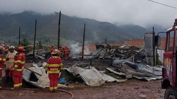 Incendio en fábrica clandestina de colchones.