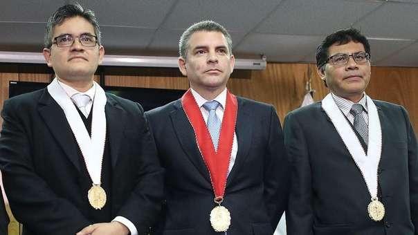 Germán Juárez Atoche (derecha) junto a los fiscales José Domingo Pérez (izquierda) y Rafael Vela Barba (centro), también miembros del equipo especial del caso Lava Jato.