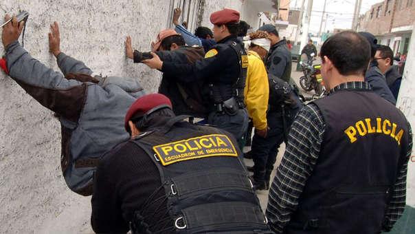 En la zona la minería ilegal genera actividades ilícitas como la trata de personas, el tráfico de mercurio,  sicariato y prostitución.