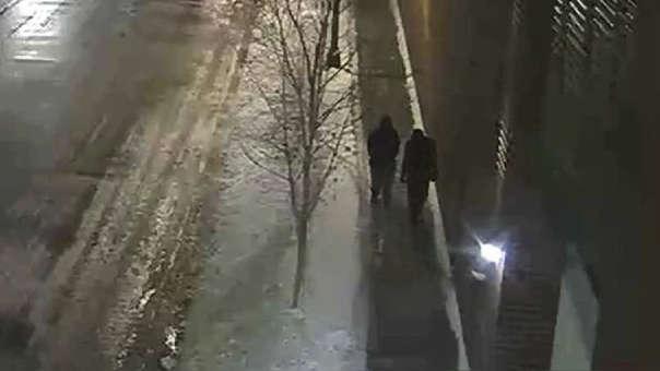 Imagen de un video de vigilancia que muestra a dos acusados por el supuesto ataque al actor Jussie Smollett caminando por una calle en el vecindario de Streeterville en Chicago, el martes 29 de enero de 2019.