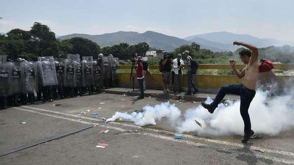 Policía venezolana lazan gases lacrimógenos contra cientos de civiles en el puente Simón Bolívar