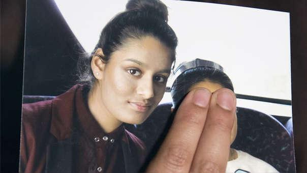 Fotografía de Shamima Begum junto a su hija, fruto de su relación con un combatiente del Estado Islámico. La hermana de la joven, que muestra la foto, tapa el rostro de la menor con sus dedos.