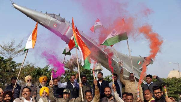 Activistas del Frente Antiterrorista All India (AIATF) celebran las noticias sobre el bombardeo de campamentos de insurgentes en Pakistán.