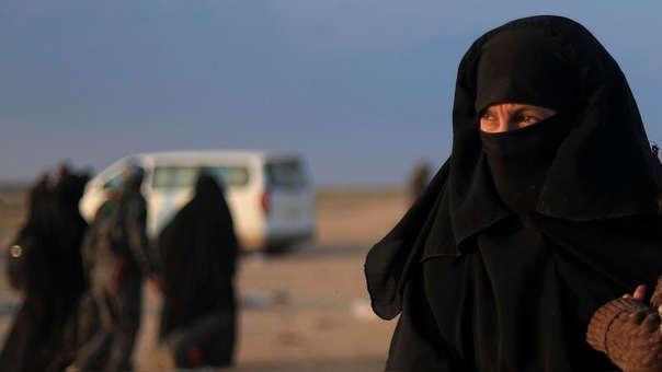 Mujeres y niños salen de los dominios del Estado Islámico a medida que cae su último bastión en Siria, Baghouz.