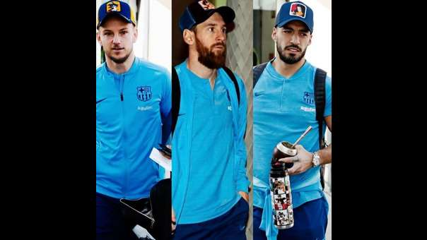Rakitic con una gorra de Gokú, Messi con una de Vegeta y Suárez con una de N° 18.