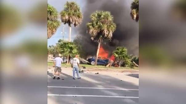 Imagen del auto incendiándose