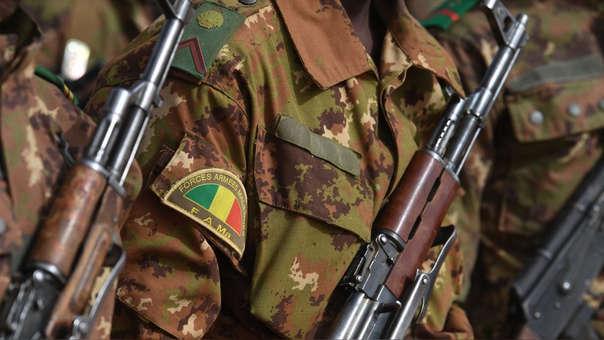 Tropas de Malí hacen guardia ante la llegada del primer ministro de Francia en Gao