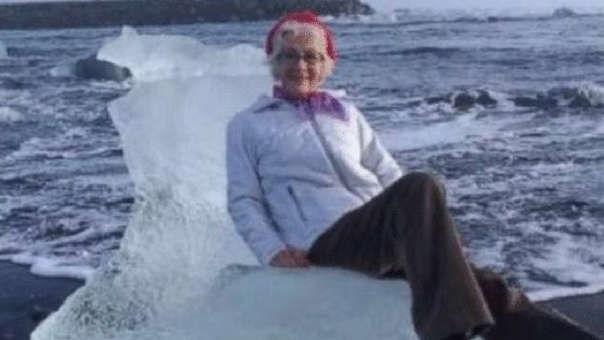 Judith Streng postrada en su trono de hielo sobre el mar.