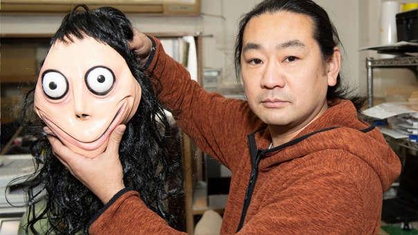 Keisuke Aiso con una máscara de Momo que un amigo le trajo de México.