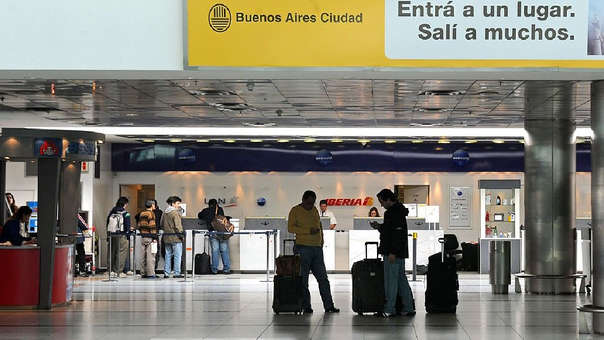 El hombre fue detenido en el Aeropuerto de Ezeiza, en Buenos Aires, cuando se iba de vacaciones a Estados Unidos con su nueva familia.
