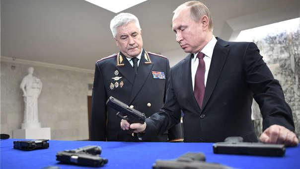 Vladímir Putin revisa un grupo de armas junto a su ministro del Interior, Vladimir Kolokoltsev.