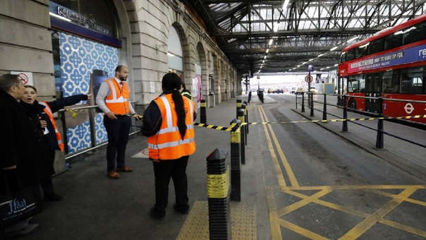 Agentes de seguridad se ubican en la estación Waterloo en Londres.