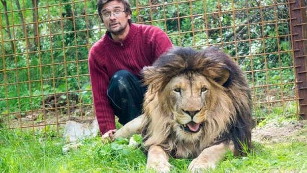 El hombre junto a uno de sus leones