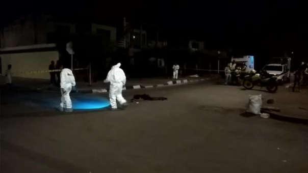 La mujer quedó tendida en la pista tras el impacto de una bala en la pierna.