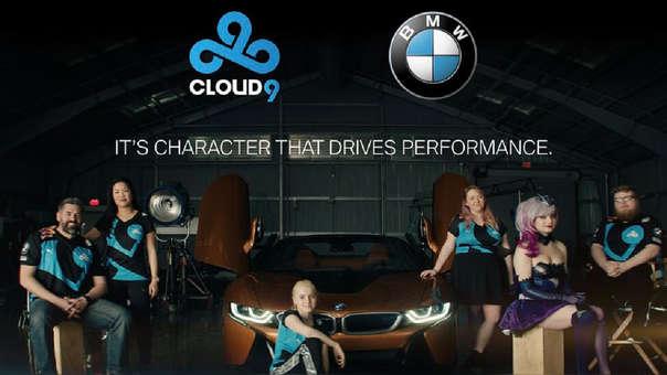 El staff de la división de LOL de Cloud9 posa al lado de un automóvil de BMW.
