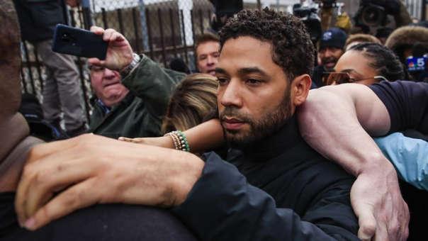 Jussie Smollett a su salida de prisión tras pagar una fianza
