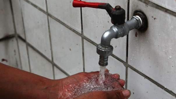 En el Perú beber agua de caño no es recomendable.