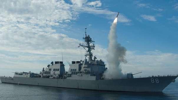 Buque de guerra estadounidense lanzando un misil tomahawk