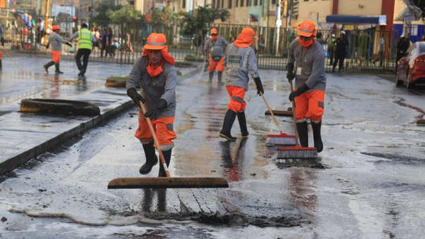 Casi veinte trabajadores municipales de San Isidro fueron enviados a colaborar con la limpieza de Gamarra
