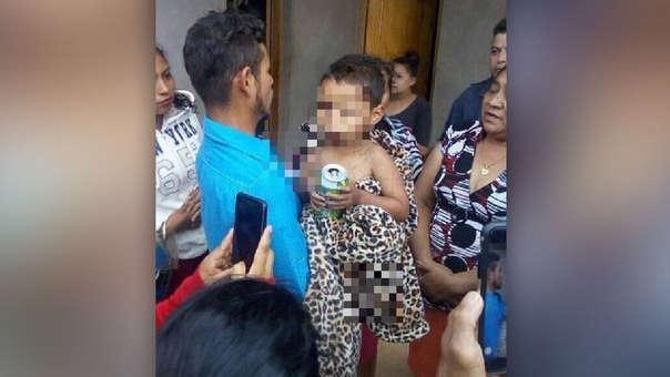 El niño se reunió con su familia