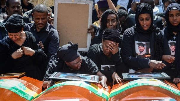 Los deudos de las víctimas del accidente de Ethiopian Airlines reaccionaron junto a los ataúdes durante el funeral en masa en la Catedral de la Santísima Trinidad en Addis Abeba, Etiopía.