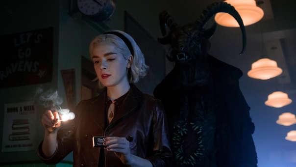 El mundo oculto de Sabrina imagina el origen y las aventuras de Sabrina la bruja adolescente como una oscura historia sobre el proceso de madurar que trata con el terror, lo oculto y, por supuesto, la brujería.