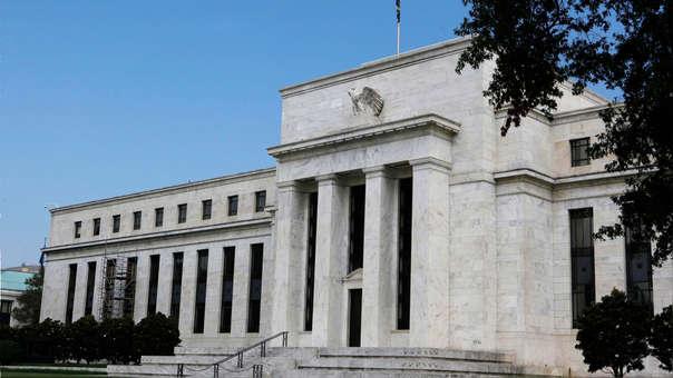 El banco central estadounidense espera que el desempleo sea un poco más alto este año, que la inflación disminuya y el crecimiento económico también.