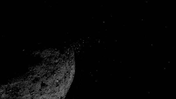 Esta imagen compuesta muestra las partículas expulsadas por Bennu.