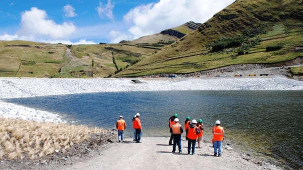El predio en disputa, denominado Tragadero Grande, tiene una extensión de 24,5 hectáreas a orillas de la laguna Azul, en las alturas de la región andina de Cajamarca, que se superpone parcialmente con el área del proyecto Conga, una de las mayores minas de oro a tajo abierto del mundo que la empresa prevé explotar.