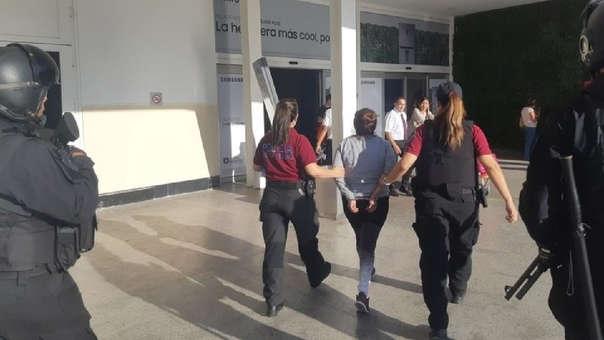 Las imágenes muestran a al mujer siendo trasladada hacia el aeropuerto de Ezeiza, en Buenos Aires.