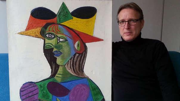 El cuadro de Pablo Picasso junto al investigador que lo recuperó
