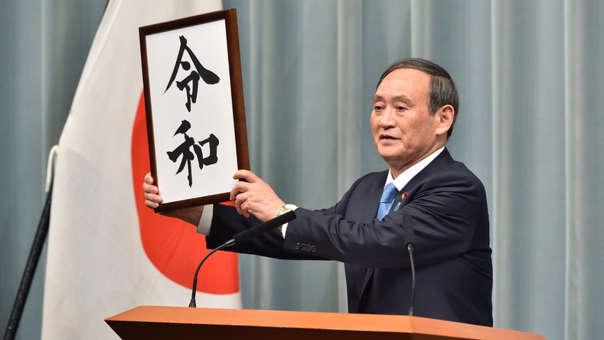 El primer ministro japonés, Shinzo Abe, presenta el nombre de la nueva era de Japón: Reiwa