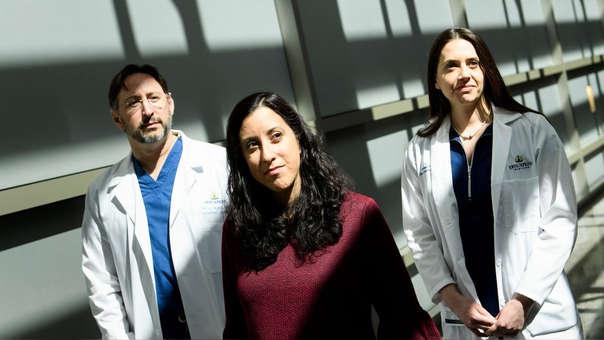 Nina Martínez, donante de riñón, junto a los doctores de la pareja.