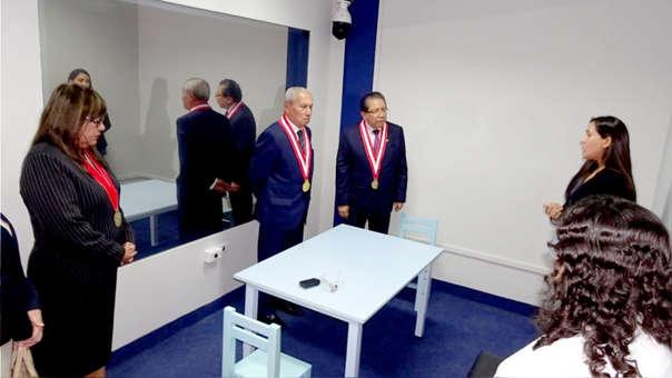 Los fiscales Pedro Chávarry y Pablo Sánchez durante la inauguración de una cámara Gesell