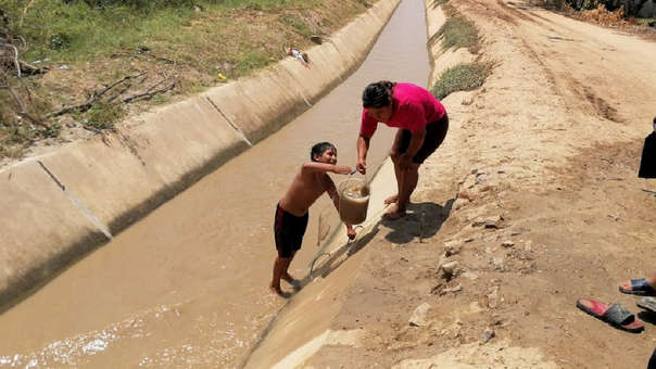 Familias tienen que sacar agua del canal para lavar ropa y todos se bañan en este lugar, pese a la turbidez