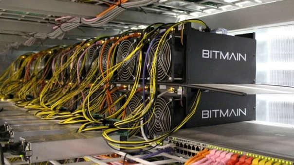 Una 'granja' de bitcoins en inslandia, donde una serie de computadoras de alto rendimiento consumen casi tanto como el propio país.