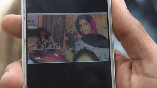 Muhammad Riaz, padre de Uzma, muestra imágenes de su hija antes de su asesinato.