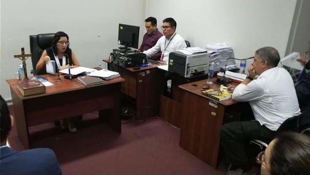 Pedro Salinas (derecha) durante la audiencia de este lunes