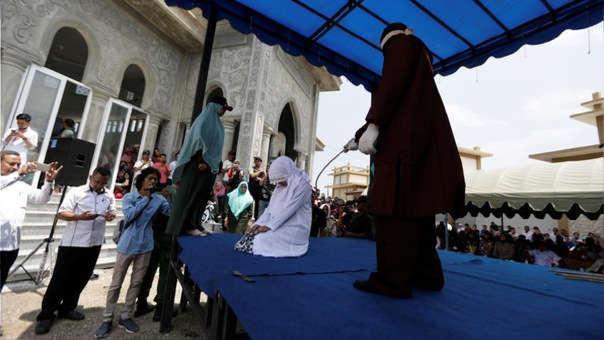 Mujer es azotada en Aceh, una región de Indonesia donde se aplica la sharia.