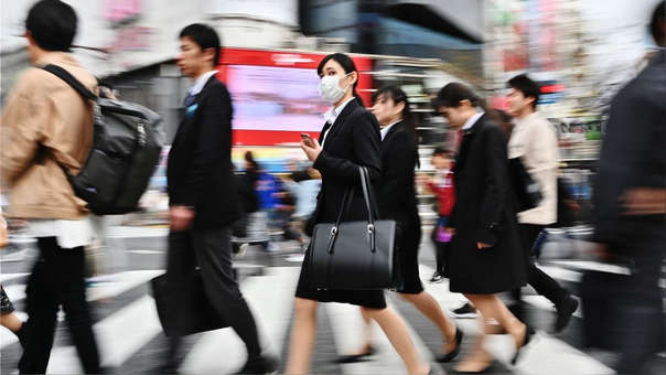 Ciudadanos japoneses en el icónico distrito de Shibuya, en Tokio