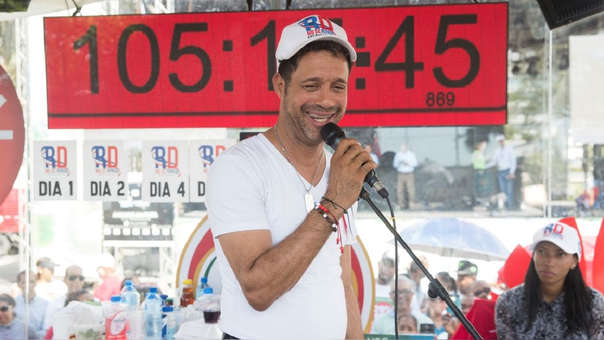El cantante Carlos Silver durante su intento de batir el Récord Guinness.