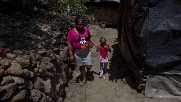 Milagros de 7 años, junto a su madre.