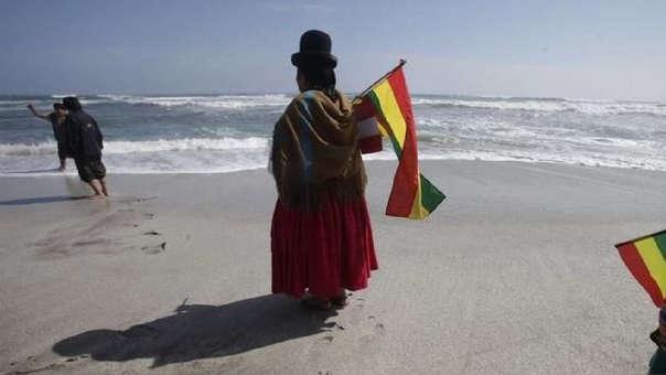 Ciudadanos bolivianos frente al mar