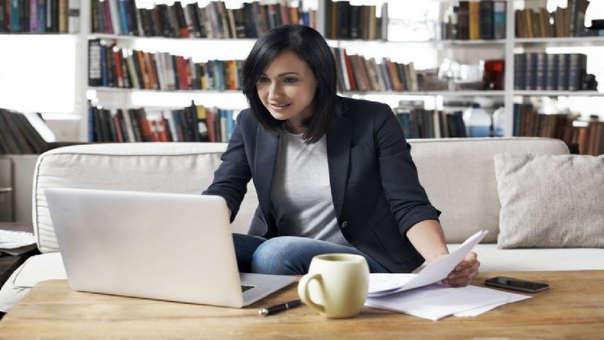 Esta modalidad permite al trabajador realizar sus tareas laborales desde su casa o desde cualquier lugar, sin necesidad de ir a una oficina, usando las tecnologías de la información y telecomunicaciones.