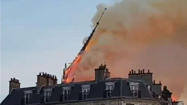 La grabación muestra la flecha de la catedral caerse por el incendio.