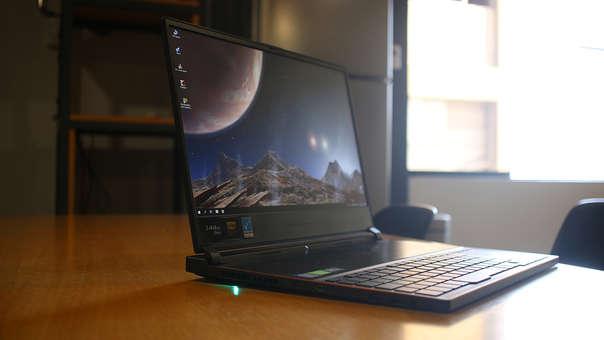 Se trata de una portátil ligera. Pesa 2.10 kilos.