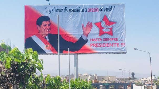 Panel con la imagen del expresidente Alan García.