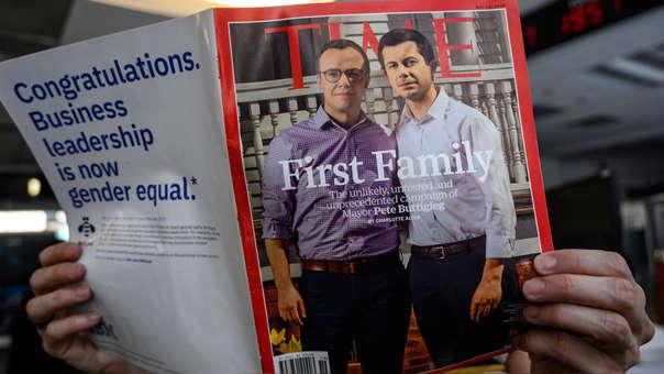 Pete Buttigieg junto con su esposo en la portada de la revista Time.