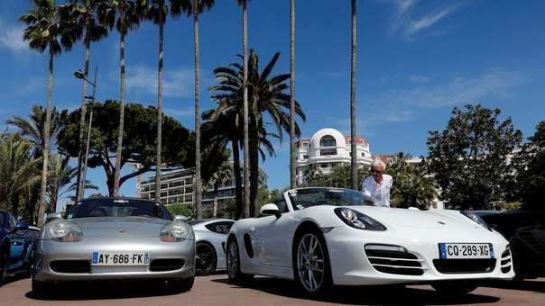 Una persona mira los coches de la marca francesa de automóviles Porsche el pasado 28 de abril en Cannes (Francia).