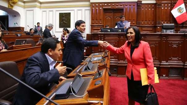 La ministra de Educación, Flor Pablo, saluda a miembros de la bancada de Fuerza Popular.